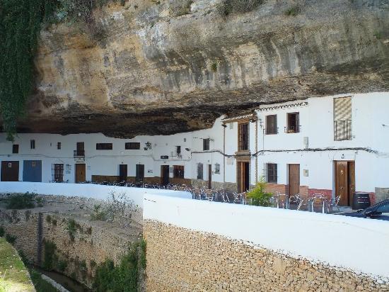 Hotel El Almendral: A pitoresca vila de Setenil