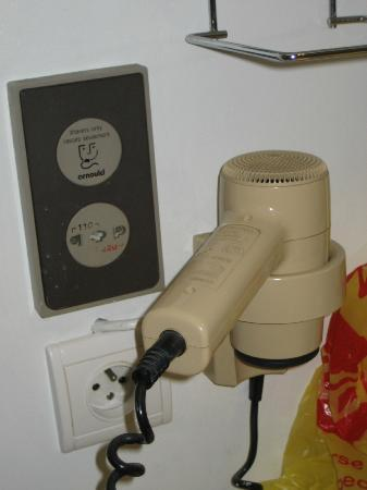 Qualys-Hotel Golf Paris Est : Old dusty & dirty power points & old hairdryer that didnt really dry anything.