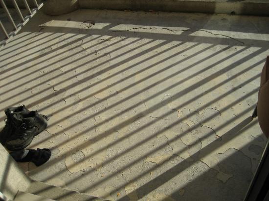 Qualys-Hotel Golf Paris Est : Balcony ground was cracked and broken