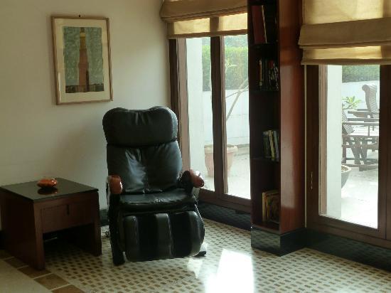ذا مانور: Library and massage chair