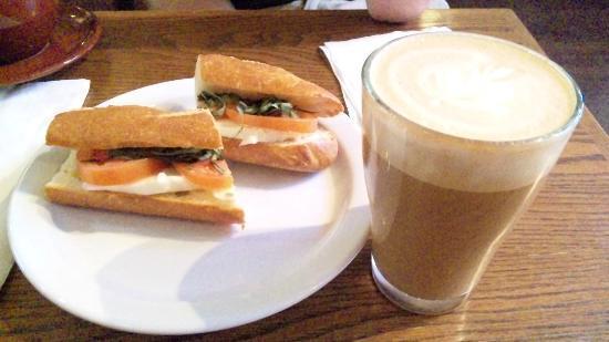 Caffe Frascati: カプチーノとモッツァレーラチーズのサンドイッチ