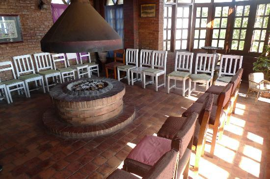 Niva Niwa Lodge: chimney in the reception area