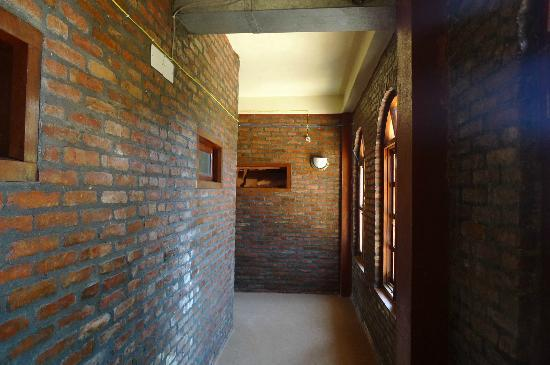 Niva Niwa Lodge: rooms corridors