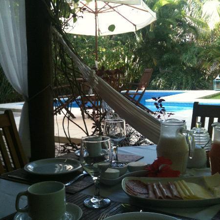 Mata N'ativa Pousada: breakfast by the pool