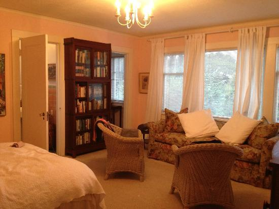 Mary's Bed and Breakfast: Spacious Room w/ private bathroom & walk-in closet