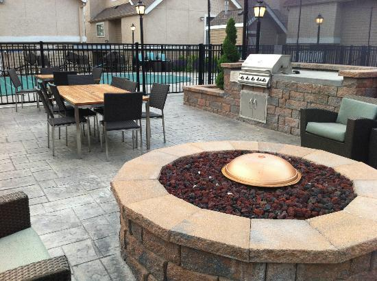 Hawthorn Suites by Wyndham St. Louis Westport Plaza: Outdoor Pool Area and Gas Grill