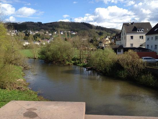 Birresborn, Germania: Het hotel ligt naast een rustige rivier waar gevist kan worden
