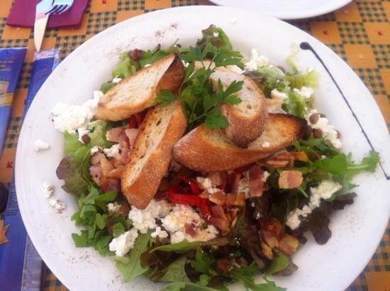 Piccolo: ensalada de riccota fresca, rucula, bacon y pasas