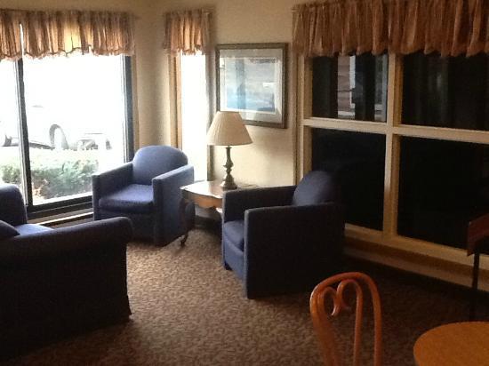 Rodeway Inn: Lobby sitting area
