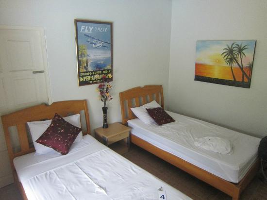 Phuket Airport Hotel: Room 4 was twin, but large 1 person bed.