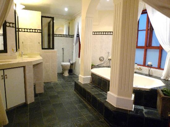 Bradach Manor: bathroom - lovely