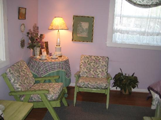 The Garden Walk Bed and Breakfast Inn: lavendar green room