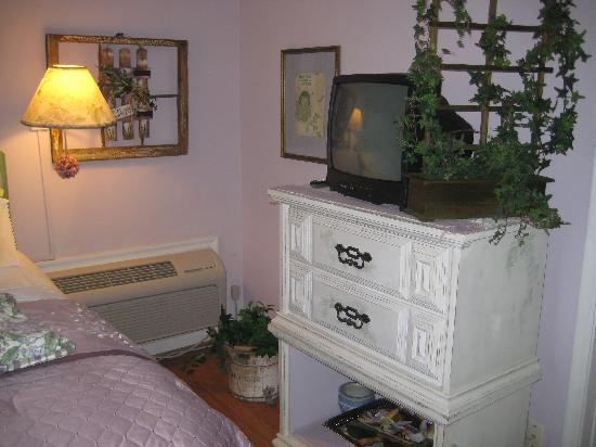 The Garden Walk Bed and Breakfast Inn: tv/chest in room