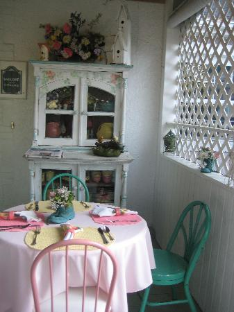 The Garden Walk Bed and Breakfast Inn: bfast area