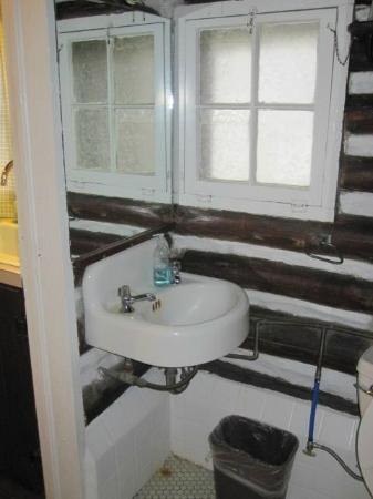 Log Cabin Motor Court: Bathroom