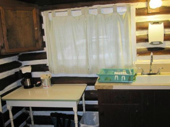 Log Cabin Motor Court: Kitchen