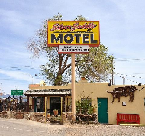 Silver Saddle Motel: Exterior from parking lot