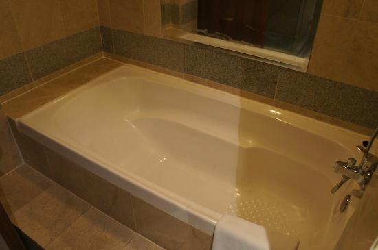 Hotel Helang Langkawi: Clean Bathtub
