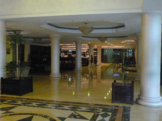 Phoenicia Grand Hotel: Sala de estar y bar