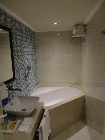 Grand Durmaz Hotel: Das Bad mit Badewane