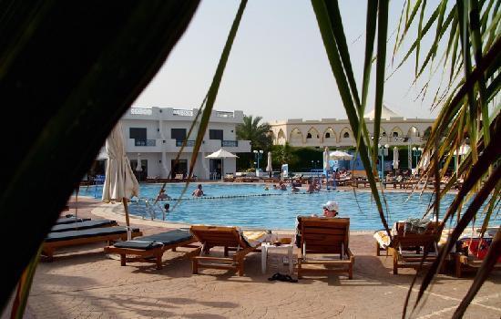 Sharm Cliff Resort: Relaxing beside the pool