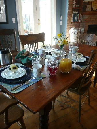 Parliament Cottage B&B circa 1840: Table set for breakfast