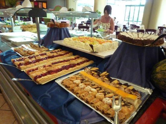 Hotel Club Playa Blanca: Desert section of buffet.