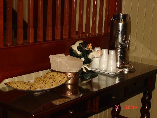 West Inn & Suites Carlsbad: Cookies and Milk at Bedtime