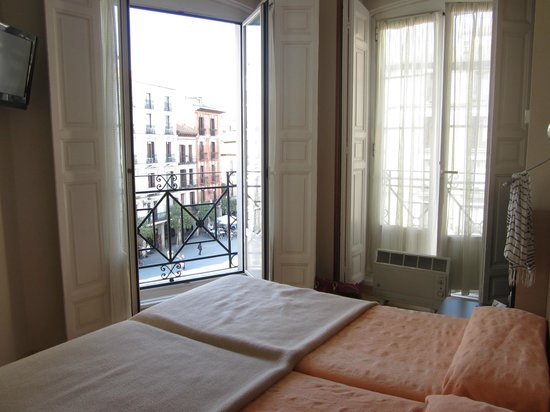 Hotel Plaza Mayor: Corner room