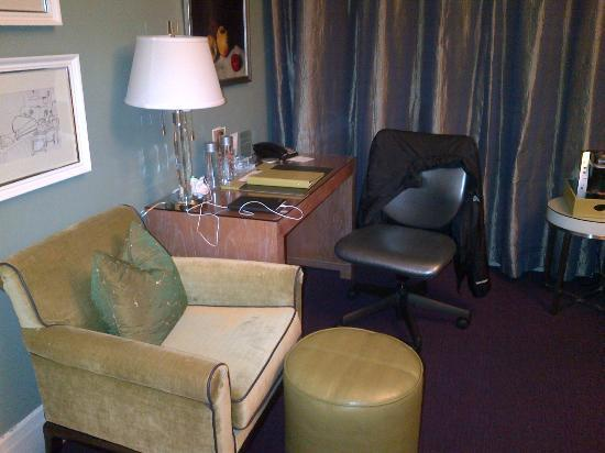 Galleria Park Hotel: Studio suite desk and sitting area