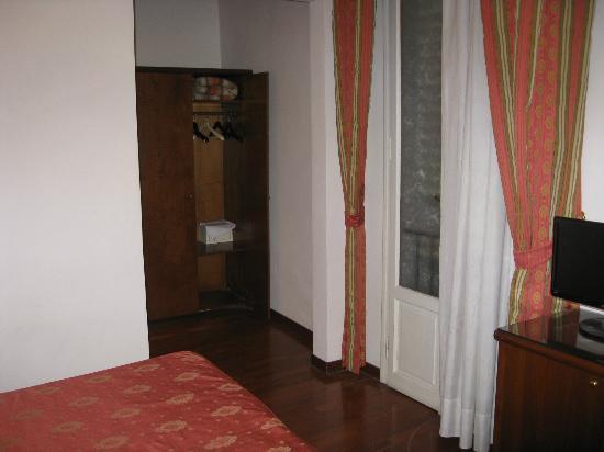 Hotel Accademia: Room 219 wardrobe