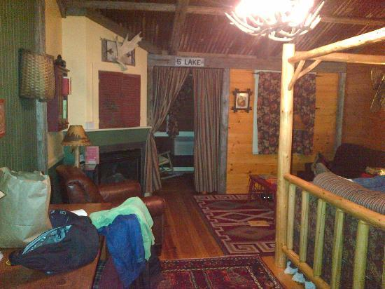 Common Man Inn & Spa: The sitting room with day/trundle bed is separate with a curtain