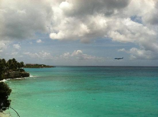 Rainbow Beach Club: watch plane arrivals from the pool