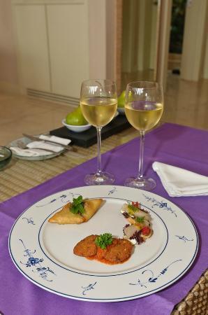 The Oberoi, Mauritius: Willkommensüberraschung: Wein und Häppchen auf dem Zimmer