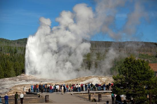Gray Wolf Inn and Suites: The closest entrance to Old Faithful