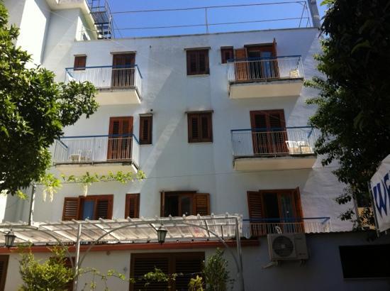 Hotel Club Sorrento: esterno dal giardino