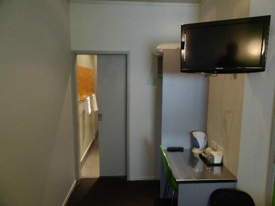 Jucy Snooze: ... und gegenüber ein kleiner Schreibtisch, dahinter das Bad.