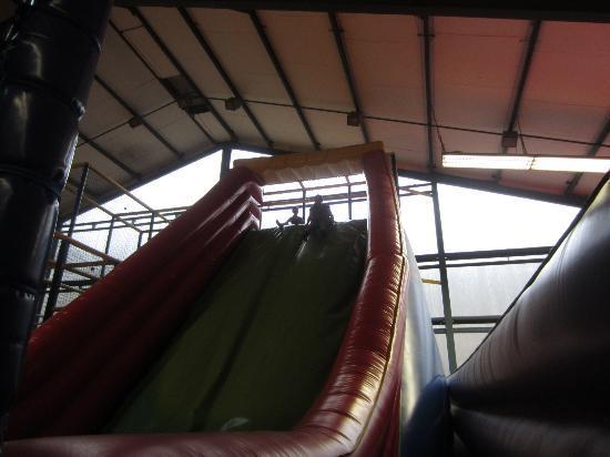 Jumpinn: Huge inflatable slide