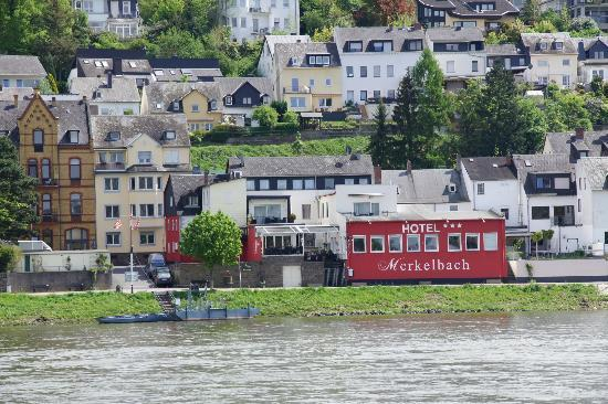 Rhein-Hotel Merkelbach: wide view of the river side of the hotel from across the Rhein