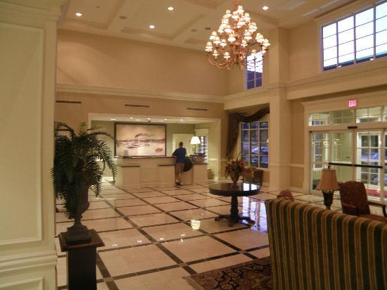 Hampton Inn Vicksburg: Lobby and front desk