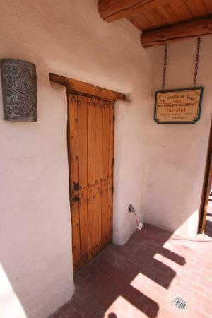La Posada de Taos B&B: by the entry arch