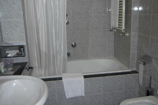 UNA Hotel Century: Our bathroom