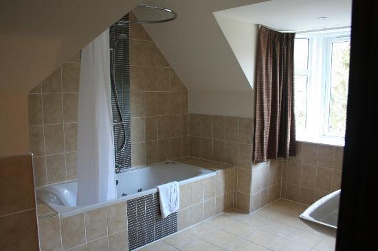 Glenfinnan House Hotel: Huge Bathroom With Spa Bath