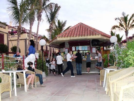 Maspalomas Oasis Club: JOGOS JUNTO AO BAR