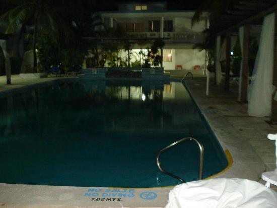 Hotel Celuisma Cabarete: Pool at night