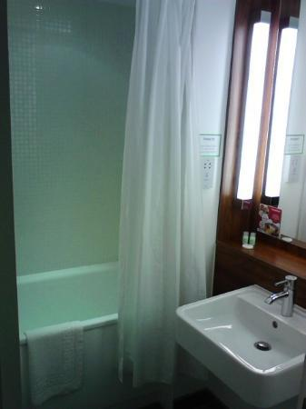 Campanile Bradford: Bathroom (there is a separate lavatory)