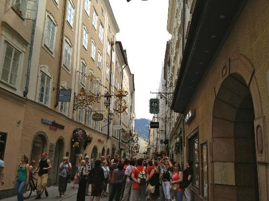 Hotel Goldener Hirsch, a Luxury Collection Hotel, Salzburg : The street in which hotel is situated