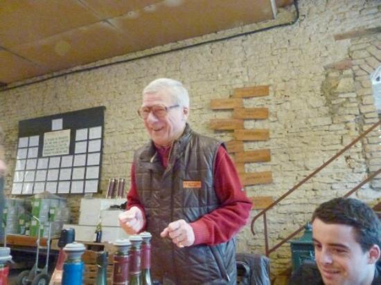Aux Quatre Saisons Wine Tours : Dr. Pierre dispensing his knowledge.