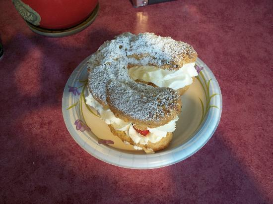 Bonjour Bakery of Vail: Paris Horseshoe Cream and Strawberry Pastry