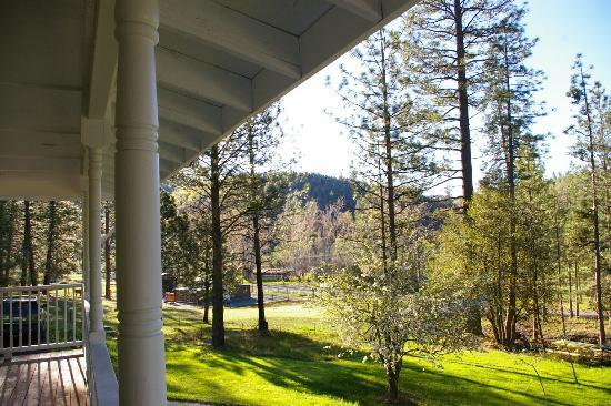 Blackberry Inn at Yosemite: View from the porch